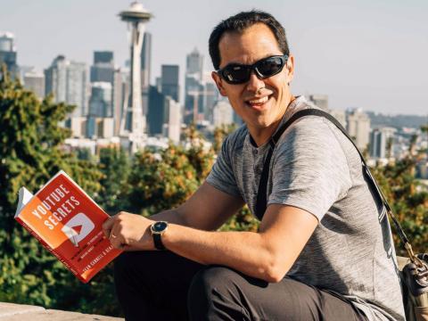"""Benji Travis es el coautor del libro """"YouTube Secrets"""" (""""Secretos de YouTube"""" por su traducción al español)."""