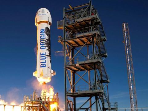 El cohete suborbital reutilizable New Shepard de Blue Origin se lanza al espacio en 2016.