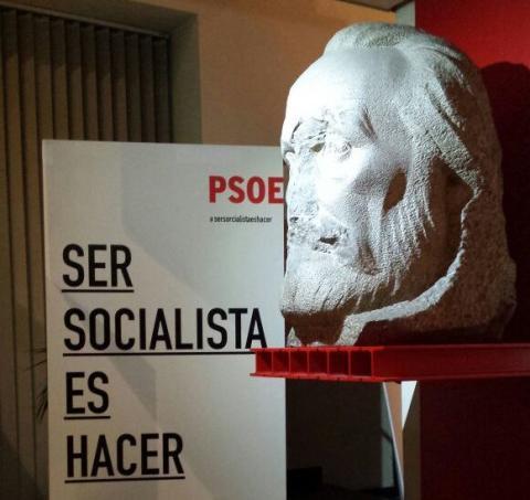 Busto de Pablo Iglesias, fundador del PSOE, en la sede del partido. Su estado se debe a que se intentó destruirlo tras el golpe de Estado en el 36.