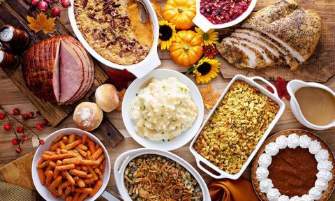 Carne, semillas y otros ingredientes sobre una mesa