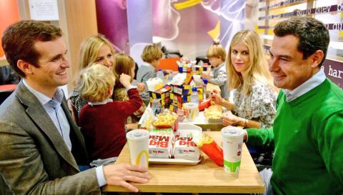 Casado y el líder del PP andaluz comparten un menú de McDonald con su familia.