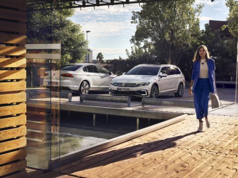 chica-con-Volkswagen-passat-gte