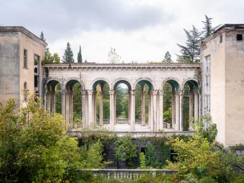 El exterior de las ruinas del balneario de Tskaltubo.