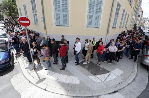 Ciudadanos rumanos hacen cola para votar en las elecciones al Parlamento Europeo de 2019.