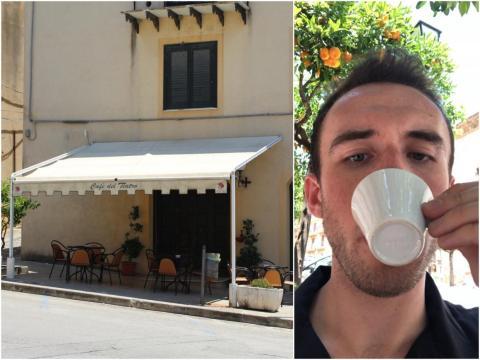 Un café cerrado en Sambuca, Sicilia, Italia, y el autor.