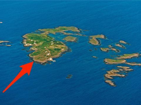 Flatey es una isla pequeña situada frente a la costa occidental de Islandia.