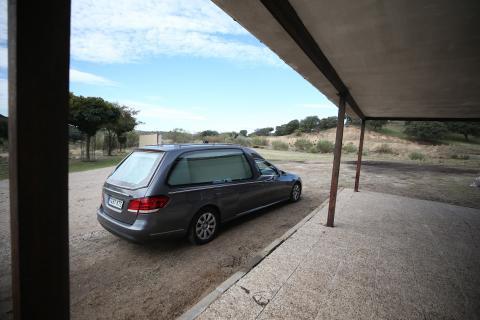 Un coche fúnebre en los alrededores del Valle de los Caídos en la jornada de su exhumación.