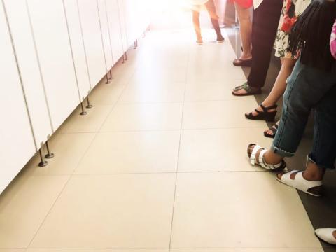 Las colas frente a los baños de damas son el resultado de siglos de sesgo de género en la arquitectura y el diseño.