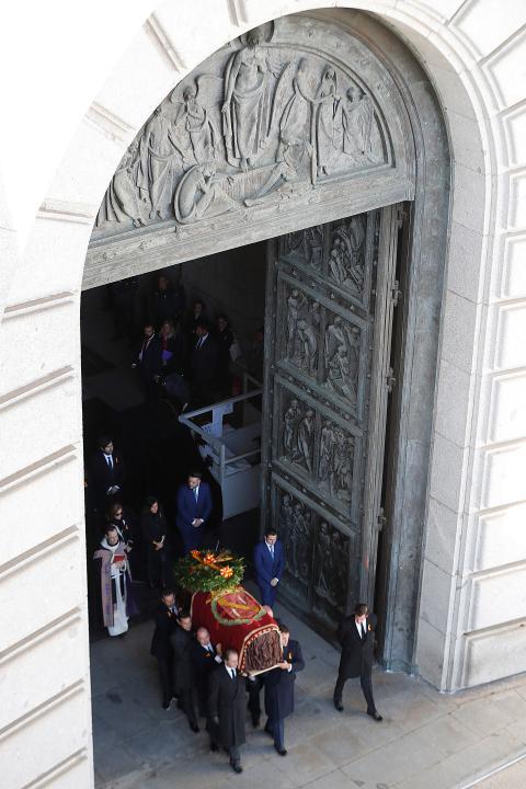 La comitiva familiar saca el féretro de la basílica del Valle de los Caídos.