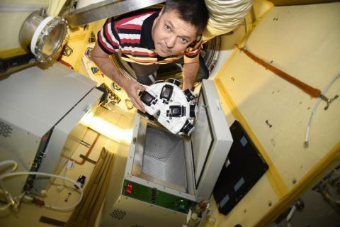 El cosmonauta Oleg Kononenko a bordo de la Estación Espacial Internacional durante el primer experimento con la bioimpresora 3D en diciembre de 2018.