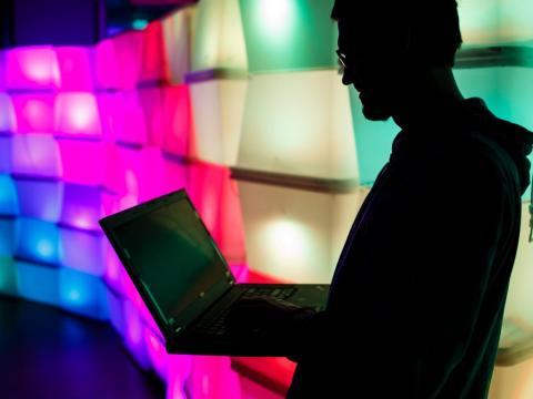 Silueta de hombre con ordenador