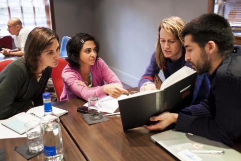Diana Yousef (segunda desde la izquierda) en la conferencia TED Global en 2012.