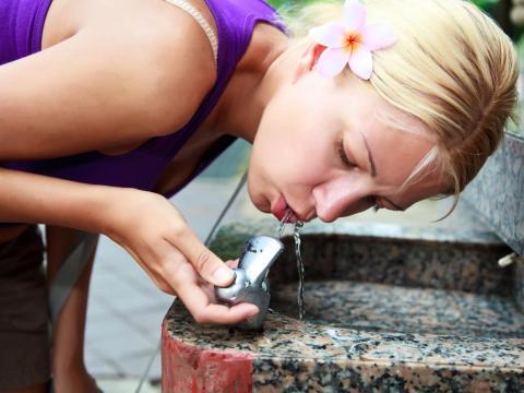 Beber mucha agua a lo largo del día no hace otra cosa que darte ganas de orinar.