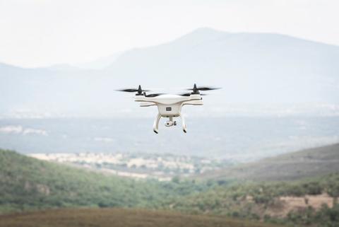 Un dron recoge información sobre la carretera para ser posteriormente procesada.