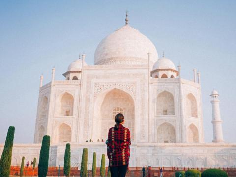 Mujer frente al Taj Mahal.