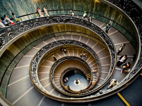 Estas son las escaleras que bajan y salen por la salida de los Museos Vaticanos