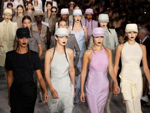 Las modelos Gigi Hadid,  Bella Hadid y Kaia Gerber en un desfile de Max Mara.