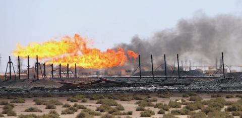 Las llamas emergen de las pilas de bengalas en el campo petrolífero West Qurna-1, operado por ExxonMobil, cerca de Basra, en Iraq