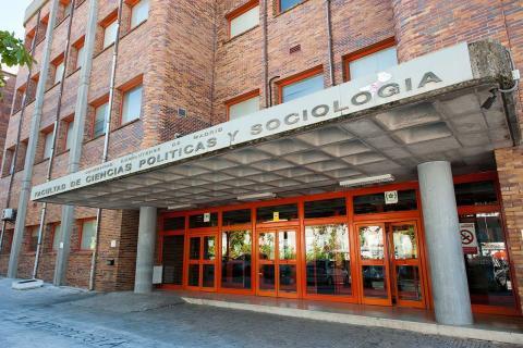 Fachada de la Facultad de Ciencias Políticas de la Universidad Complutense de Madrid.