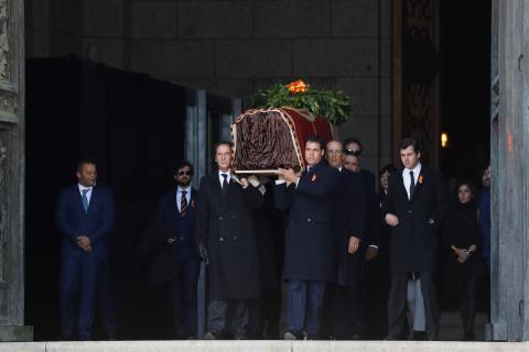 La familia saca el féretro de Franco del Valle de los Caídos.