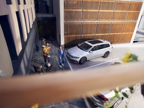 familia-con-Volkswagen-passat-gte