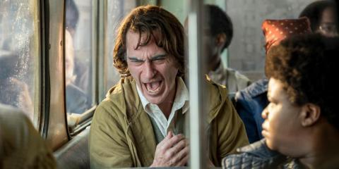 La película explica los característicos ataques de risa del Joker como el síntoma de una enfermedad.