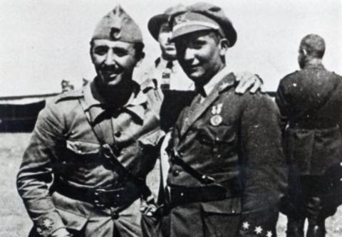 Francisco Franco y su hermano Ramón, durante las guerras coloniales en el Rif en 1925