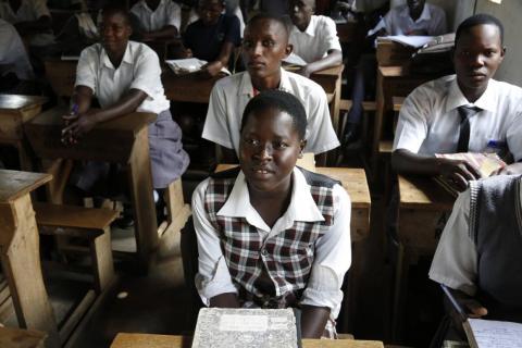 Una niña en una escuela secundaria superior en Uganda.