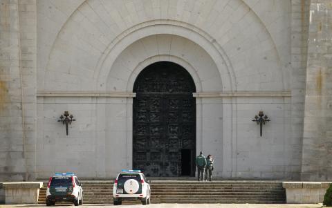 La Guardia Civil, apostada en uno de los accesos del Valle de los Caídos.