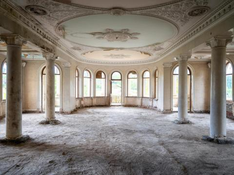 Opulentas tallas y detalles se ven en todo el balneario de Tskaltubo.