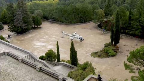 El helicóptero que trasladará los restos de Franco, aterrizando.