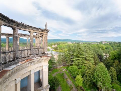 La fachada en ruinas del balneario de Tskaltubo y sus alrededores.