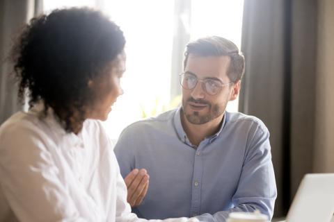 Un hombre y una mujer hablando