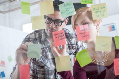 Hombre y mujer hacen un mapa mental.