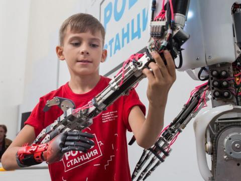 La esperanza es que Neuralink pueda dar retroalimentación háptica a las prótesis robóticas.