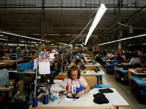 Trabajadores hacen una chaqueta en una fábrica de textil