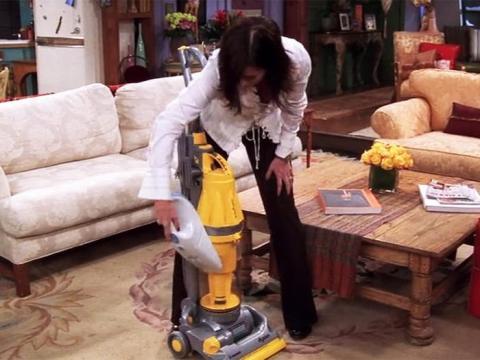 Al igual que Monica, Courtney Cox era una fanática de la limpieza en el plató.