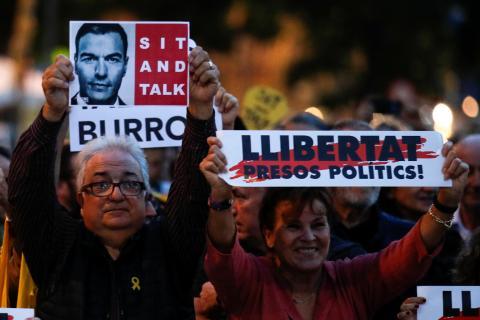 Independentistas se manifiestan en Viladecans, antes de un mítin de Pedro Sánchez en Cataluña.
