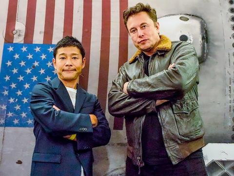El multimillonario japonés y magnate de la moda Yusaku Maezawa posa con Elon Musk, CEO de SpaceX, frente a una impresión de un cohete Falcon 9 el 18 de septiembre de 2018.