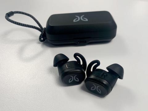 Los auriculares inalámbricos Jaybird Vista son mi par ideal para correr — nunca me preocupo de que se caigan, y la duración de su batería es ideal.