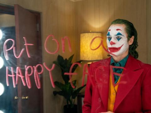 Joaquin Phoenix protagoniza Arthur Fleck, que se convierte en el super villano Joker.