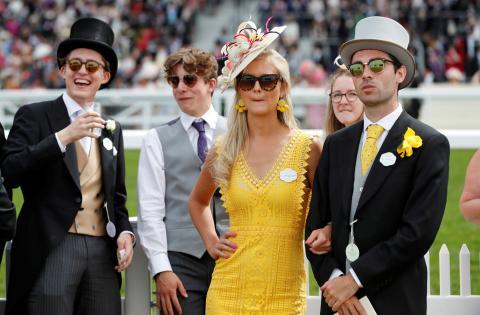 Jóvenes ricos y millonarios en una carrera de caballos