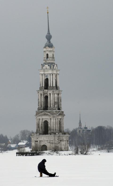 Vista del campanario de Kalyazin surgiendo de las aguas congeladas.