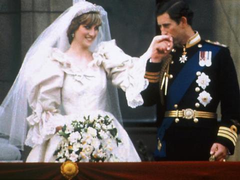 Lady Diana se casó con el príncipe Carlos el 29 de julio de 1981 en la Catedral de San Pablo de Londres. Posteriormente se le concedió el título de SAR, princesa Diana de Gales.