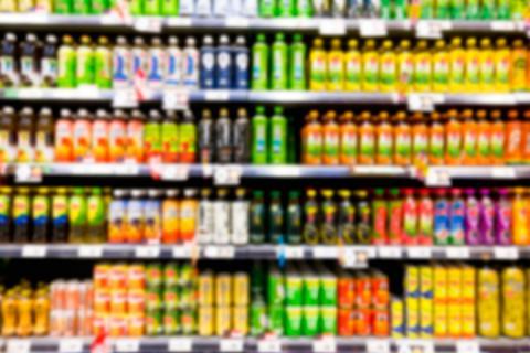 Lineal de bebidas y zumos en un supermercado