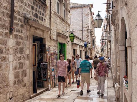 Turistas de compras en Dubrovnik.