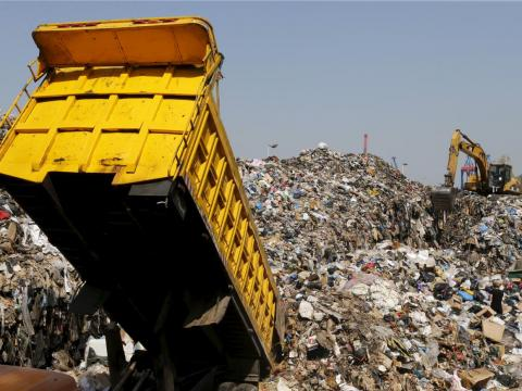 Un camión tira la basura en un vertedero en Beirut.