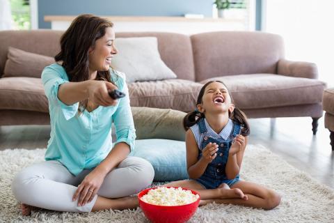 Madre e hija ven televisión