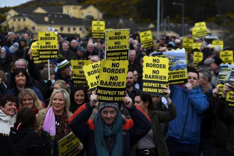 Manifestantes del contra el Brexit en la frontera de Irlanda del Norte y la República de Irlanda.