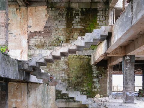 Las ruinas de una escalera de piedra.